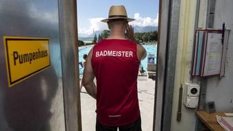 Viel Verantwortung, aber mässiger Lohn: Junge Männer und Frauen wollen nicht Badmeister werden.