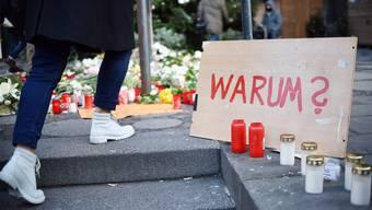Wie soll unsere Gesellschaft mit dem Terror umgehen? Blumen und Kerzen in der Nähe des Anschlagsortes in Berlin. BRITTA PEDERSEN/EPA/Keystone