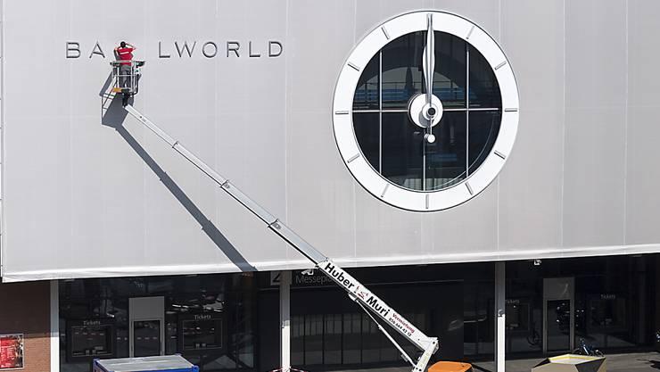 Letzte Vorbereitungen: Am Donnerstag beginnt in Basel die Uhren- und Schmuckmesse Baselworld. Erwartet werden 140'000 Besucher aus der ganzen Welt.