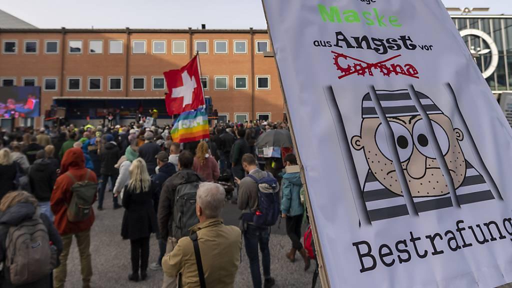 Mehrere Hundert Personen haben am Samstag in Basel an einer Kungebung gegen die Corona-Massnahmen teilgenommen.