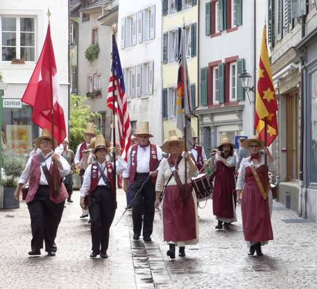 Marsch des Grainfield Fife and Drum Corps durch Rheinfelden