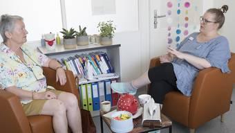 Wiedersehen mit ihrer früheren Patientin Silvia Kockel (l.): Psychoonkologin Marie-Luise Fontana in ihrem Büro am KSBL in Liestal.