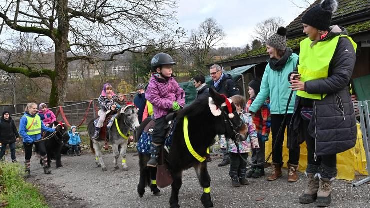 Mit den Ponys eine Runde über den Adventsmarkt.