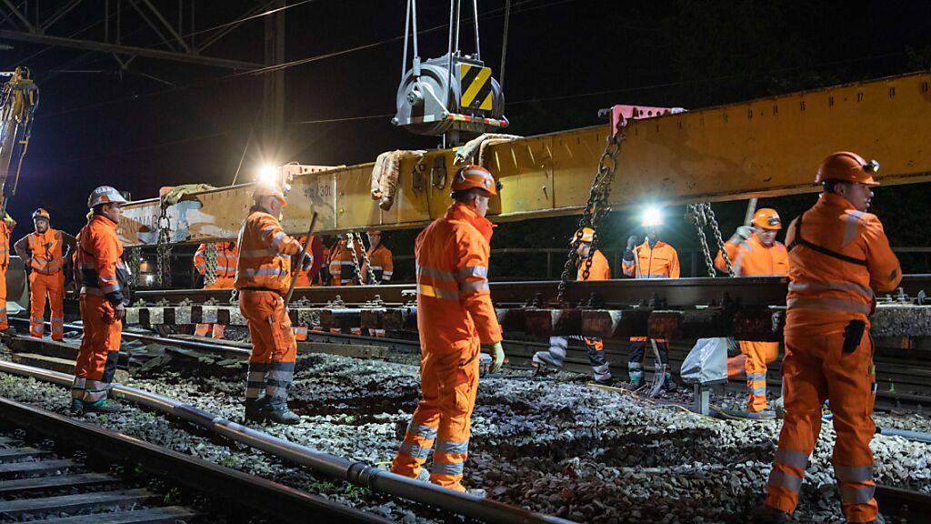 Bauarbeiter ersetzen in der Nacht auf Donnerstag eine Weiche im Nordosten des Bahnhofs Bern.