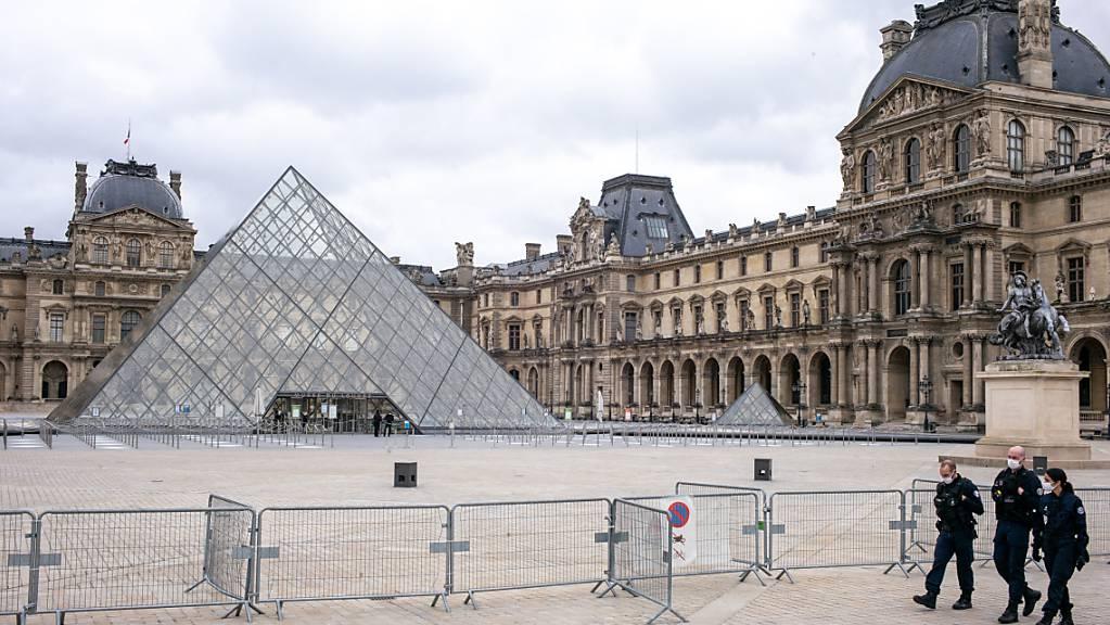 Das Louvre-Museum ist geschlossen, der Platz davor ist leer. Foto: Elko Hirsch/dpa