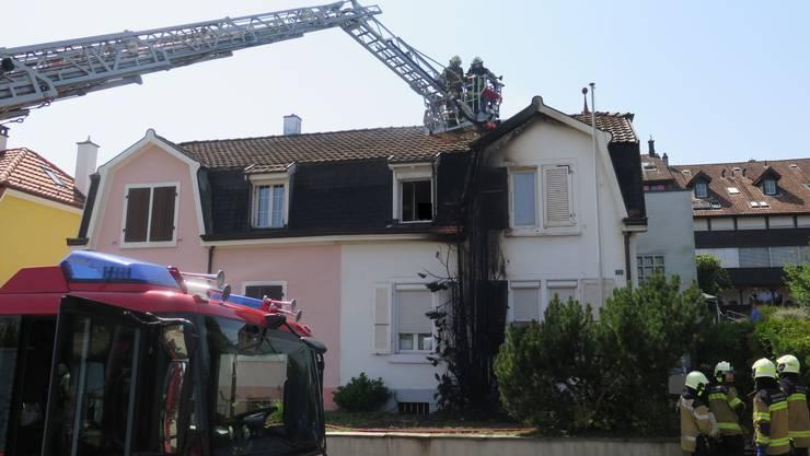 Durch das Feuer wurde die Fassade dieses Hauses russgeschwärzt.