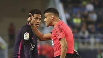 Neymar legt sich im Spiel gegen Malaga mit den Unparteiischen an