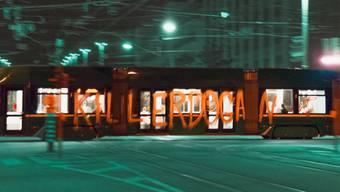Unbemerkt verschmierten Unbekannte in Basel ein 8er-Tram.