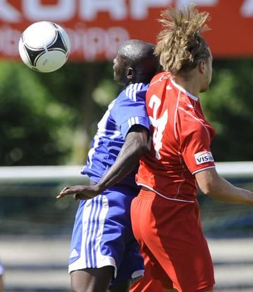 Der Grenchner Edward Abayateye (l) im Kampf um den Ball gegen Thuns Fabio Donato