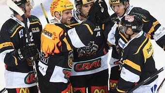 Luganos Topskorer Fredrik Pettersson (2.v.l.) lässt sich feiern