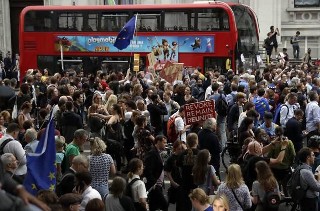 Demonstrationen vor Number 10 Downing Street, dem Sitz des britischen Premierministers.