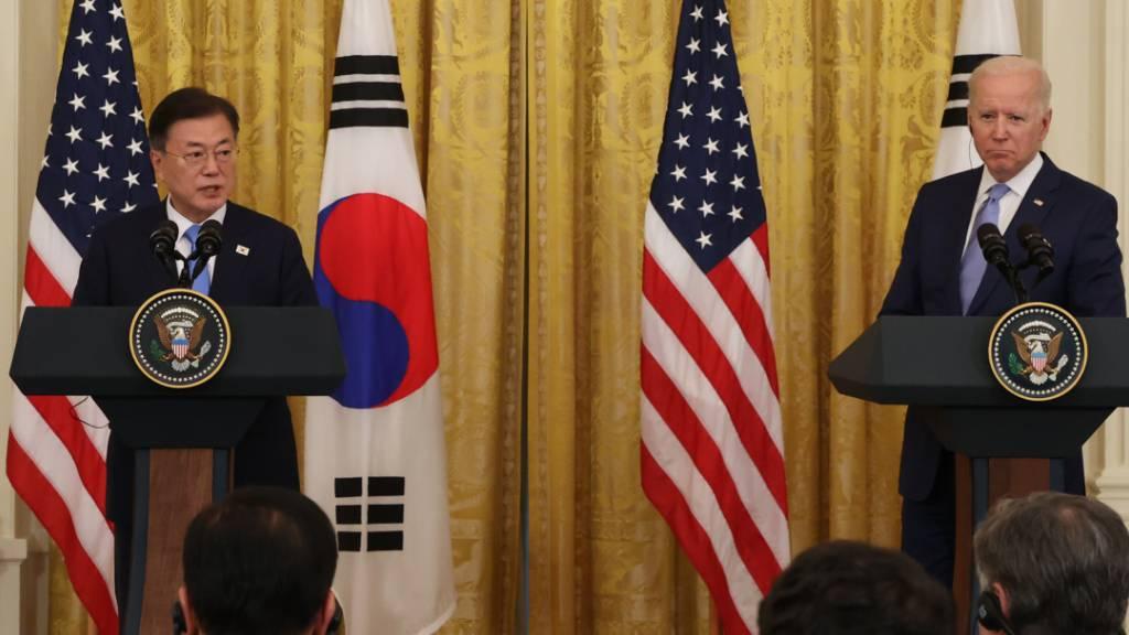 Der südkoreanische Präsident Moon Jae-in (l) und US-Präsident Joe Biden geben nach ihren Gesprächen im Weißen Haus in Washington eine gemeinsame Pressekonferenz. Foto: YNA/dpa