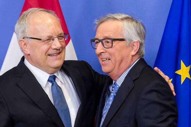 15. Januar 2016, Brüssel: EU-Präsident Jean-Claude Juncker (rechts) begrüsst Bundespräsident Johann Schneider-Ammann bei seiner Ankunft in Brüssel.