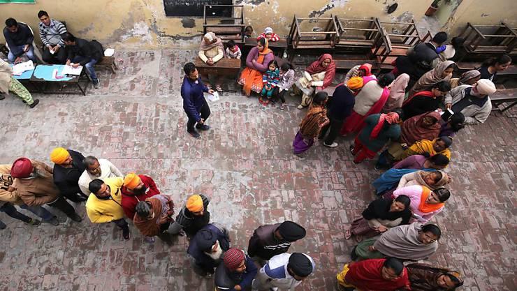 Warteschlange vor einem Wahllokal in Amritsar: Im indischen Bundesstaat Uttar Pradesh sind ab heute 140 Millionen Menschen zur Wahl gerufen.