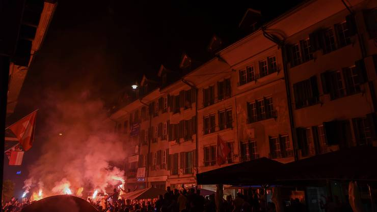 YB-Fans feiern den Meistertitel mit Pyros auf den Strassen in Bern.