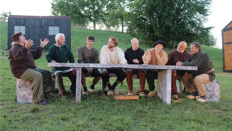 Während Hermann (Ruedi Kaiser, ganz links) die Deschliker für seine Zwecke instrumentalisiert, appelliert Hans (Erich Schweizer, ganz rechts) an Vernunft und Gerechtigkeit.