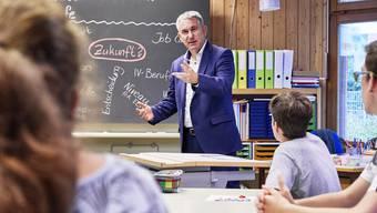 Die Schulleitungen fühlen sich vom Bildungsdepartement im Stich gelassen. (Archivbild: Bildungsdirektor Alex Hürzeler spricht mit Schülern des zeka Zentrum in Aarau. Aufgenommen am 12. August 2019.)