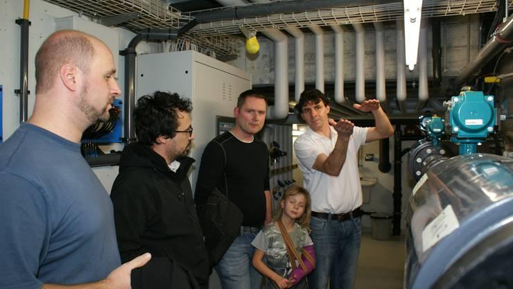 Anlagewart Thomas Lisser erklärte den interessierten Besuchern die aufwendig sanierte neue Hallenbadtechnik im Untergrund der Schulanlage Brühl.