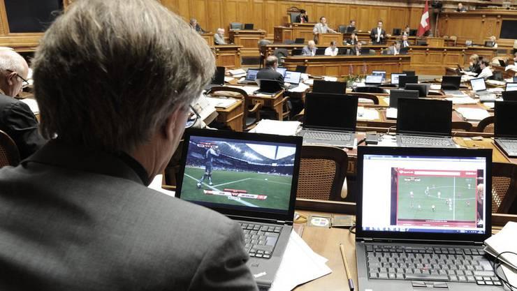 Nationalräte beim Fussball schauen während den Parlamentssitzungen.