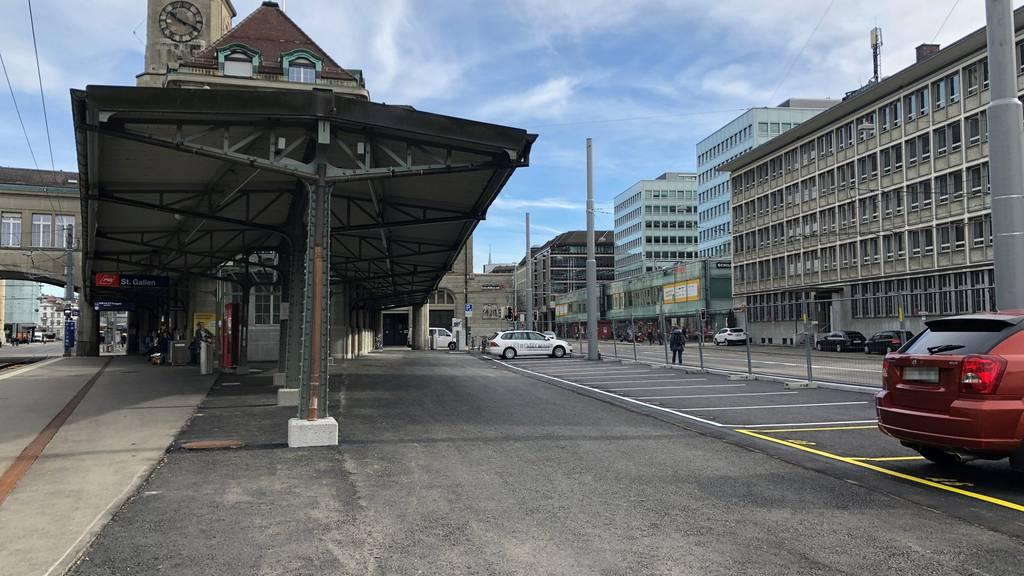 Seit Montag stehen 13 neue Kurzzeitparklätze für Autos und einige Veloparkplätze zur Verfügung.