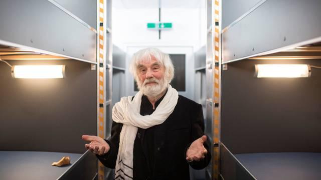 Pfarrer Sieber zeigt seinen neuen Pfuusbus