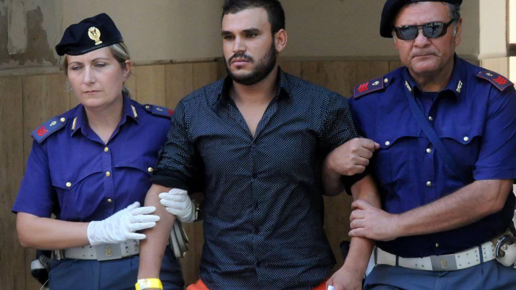 Italienische Polizisten verhaften in Palermo einen mutmasslichen Schlepper. Künftig soll dies auch auf hoher See möglich sein. (Archiv)