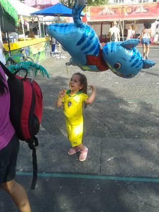 Dieser kleine Brasilien-Fan liebäugelt immer noch lieber mit dem Ballon als mit dem Ball.