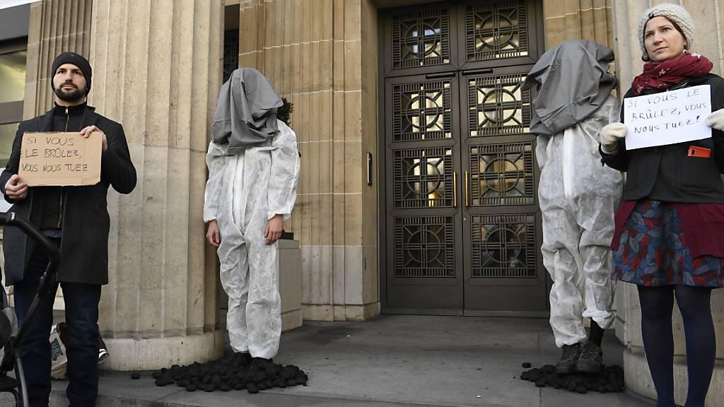 Klimaaktivisten streuen Kohle in Filiale der UBS in Lausanne