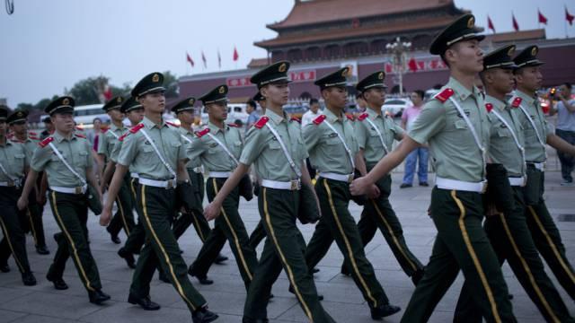 Polizisten patrouillieren auf dem Tiananmen-Platz in Peking