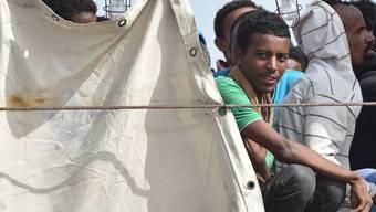 Von der italienischen Küstenwache gerettete Flüchtlinge in einem Hafen nahe Syrakus (Archiv)