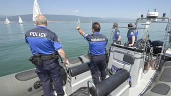 Die Polizei sucht im Neuenburgersee nach dem Kunstflieger