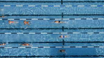 Die Eltern werben mit einem Flyer auf Facebook für die Wiedereinführung des Schwimmunterrichts für Kindergartenkinder. (Symbolbild)