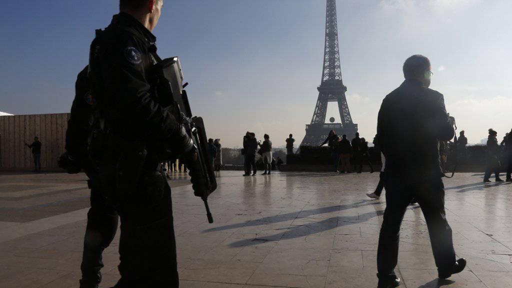 Ausnahmezustand in Paris: Die französische Regierung reagierte auf die Anschläge mit einer Welle von Razzien und Verhaftungen. Zwei der mutmasslichen Attentäter befinden sich dennoch weiter auf der Flucht.