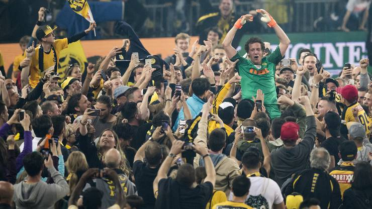 Marco Wölfli wird von den Fans gefeiert