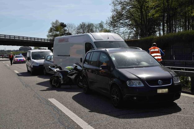 Beteiligt waren drei Autos, zwei Lieferwagen und ein Motorrad.