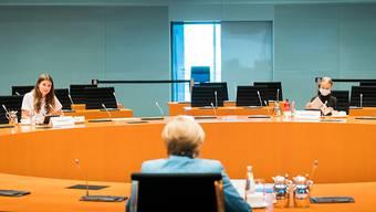 dpatopbilder - HANDOUT - Bundeskanzlerin Angela Merkel unterhält sich mit den Klimaktivistinnen Luisa Neubauer (l) und Greta Thunberg (r) im Internationalen Konferenzsaal des Bundeskanzleramts. Foto: Steffen Kugler/Bundesregierung/dpa - ACHTUNG: Nur zur redaktionellen Verwendung im Zusammenhang mit der aktuellen Berichterstattung und nur mit vollständiger Nennung des vorstehenden Credits