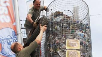 Urs Gerber (unten) und Stefan Binder füllen den Korb mit am Strassenrand aufgelesenem Abfall. Angelo Zambelli