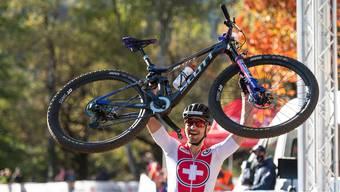 Nino Schurter jubelt über den Sieg.