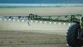 Der Einsatz von Pestiziden in der Landwirtschaft ist mit Risiken für Gesundheit und Umwelt verbunden. Diese Risiken sollen nun gesenkt werden. (Themenbild)