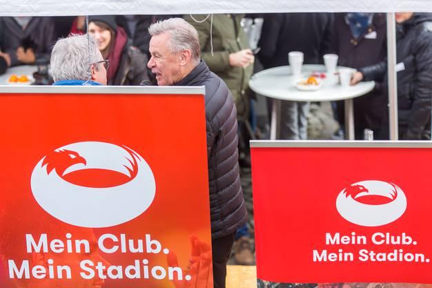 Ottmar Hitzfeld im Gespräch in der Aarauer Altstadt