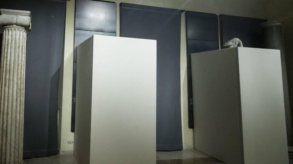 Beim Italien-Besuch von Irans Präsidenten Hassan Ruhani wurden nackte Statuen in Sperrholz-Boxen versteckt (Archiv)