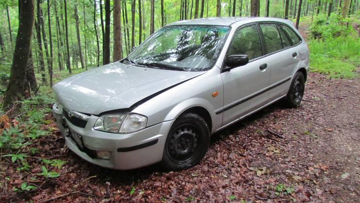 Mitten im Wald liess der Autofahrer den Wagen stehen und machte sich davon.