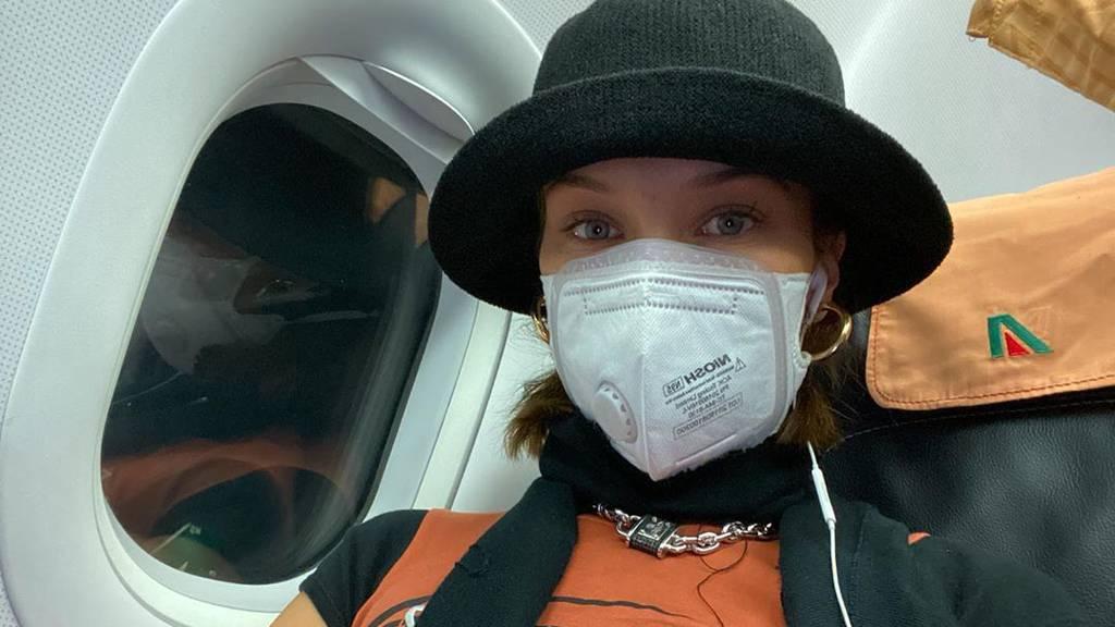 Gigi, Bella oder Kylie? Welches Model trägt im Flugzeug eine Schutzmaske?