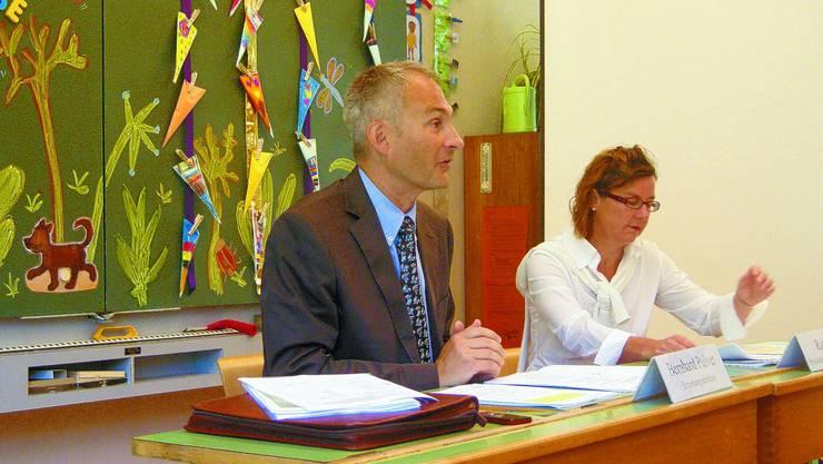 An Lehrers statt: Erziehungsdirektor Bernhard Pulver in der Marzili-Schule. Neben ihm Ruth Bieri. joh