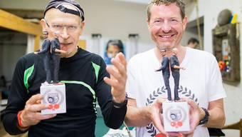 """""""Bild""""-Herausgeber Kai Diekmann (r) und Enthüllungsjournalist Günter Wallraff posieren nach einem Tischtennis-Duell. Das Match endete 4:1 für Wallraff."""