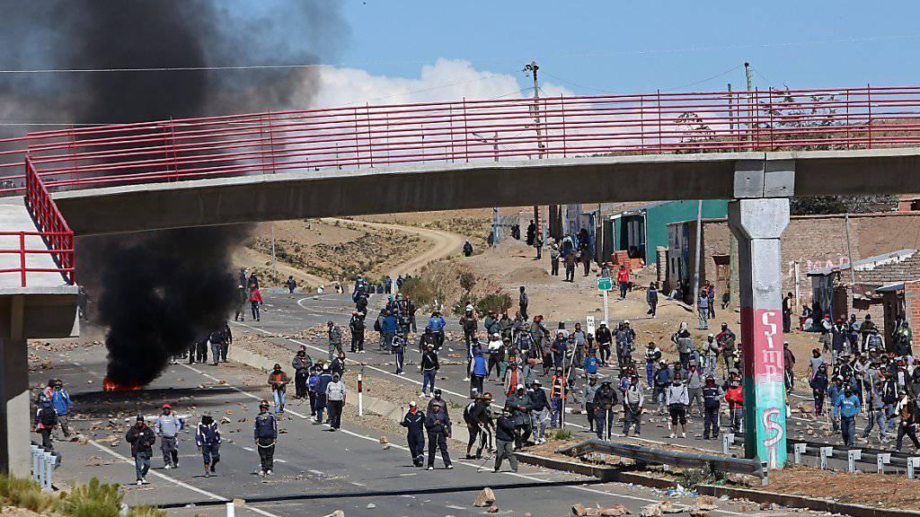Heftige Auseinandersetzungen zwischen Bergarbeitern und der Polizei in Panduro, rund 160 Kilometer von Boliviens Hauptstadt La Paz entfernt: Laut unbestätigten Augenzeugenberichte soll der Vize-Innenminister zu Tode geprügelt worden sein.