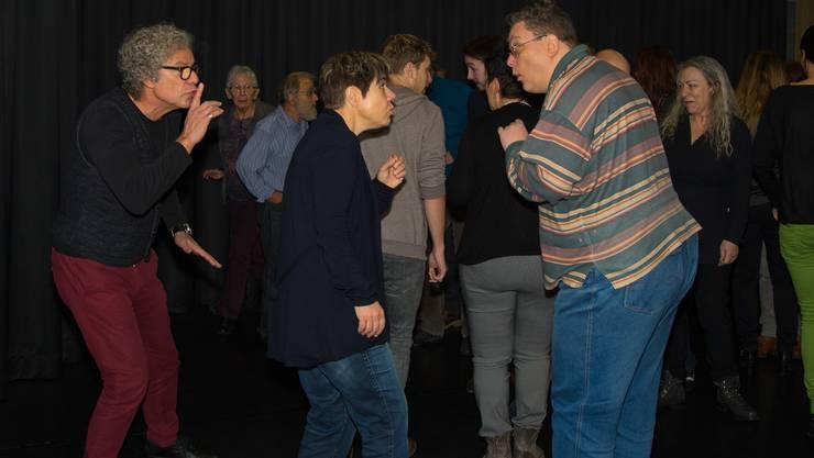 Christoph Schwager und rund 20  Schauspielerinnen und Schauspieler auf der Bühne des Schwager Theaters in Olten