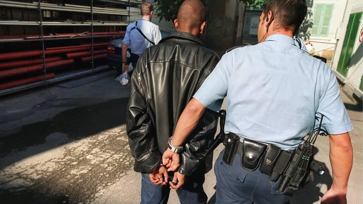 Die Kantonspolizei fürhte eine Razzia auf der Kleinen Schanze in Bern durch. (Symbolbild)