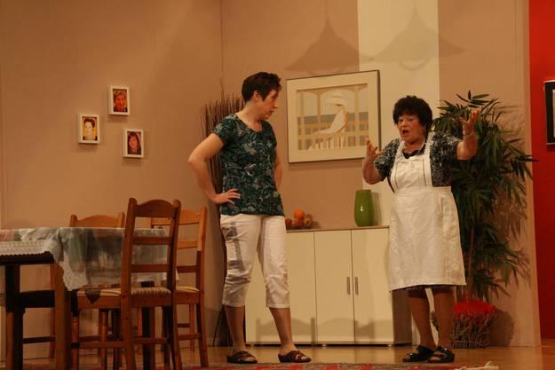 Die Nachbarin (Vreni Knecht rechts) nervt Käthi Roth (Claudia Brutschi ) zusätzlich