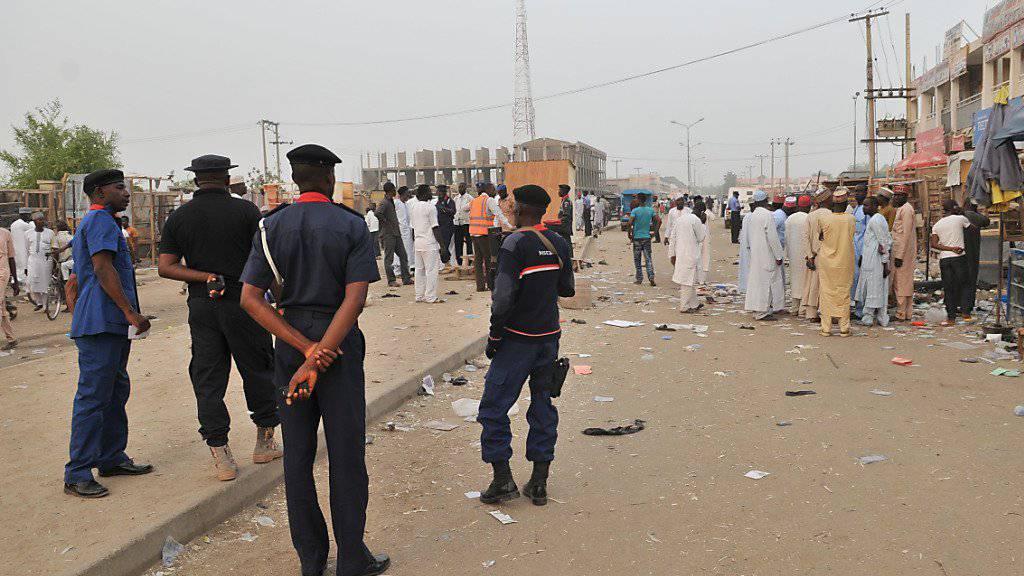 Polizisten nach einem früheren Boko-Haram-Anschlag in Kano: In drei Ortschaften haben die Islamisten am vergangenen Wochenende mindestens 30 Menschen massakriert. (Archivbild)
